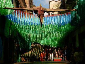 Calle decorada con guirnaldas