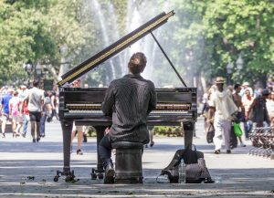 Hombre tocando el piano en un parque