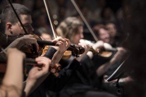 Personas tocando el violín