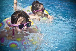 Niños con flotador en una piscna
