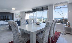 Salón moderno con vistas al mar