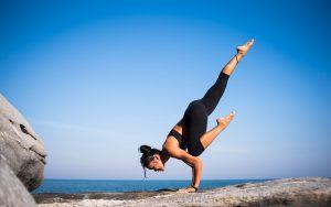 Mujer practicando yoga al aire libre