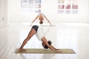 Mujeres practicando yoga en una sala