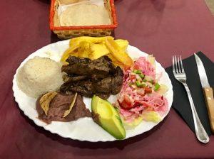 plato en un restaurante hondureño