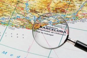 Lupa enfocada en la zona de Barcelona dentro de un mapa.