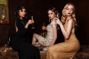 Tres modelos posando y bebiendo champán