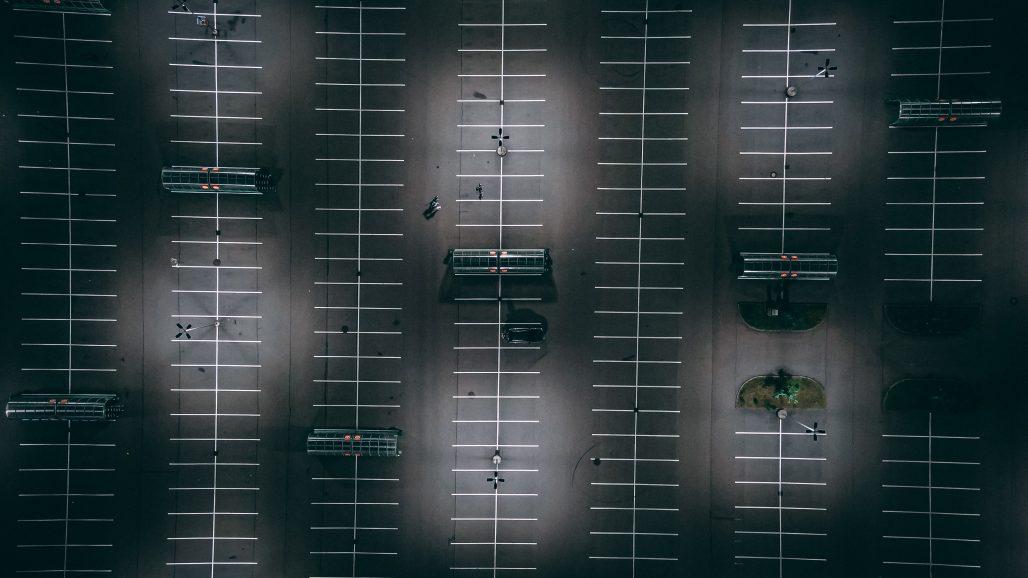 Parking de noche con pocos coches