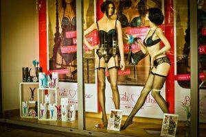 Maniquis femeninos con ropa interior negra en una tienda.