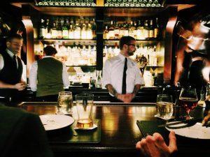 Varias personas en el bar.
