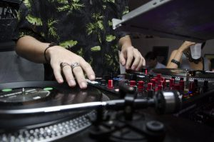 DJ jugando música eb una fiesta.