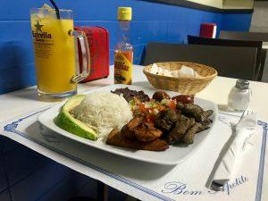plato con arroz, aguacate, y carne
