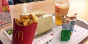 Menú de McDonald's sobre la mesa.