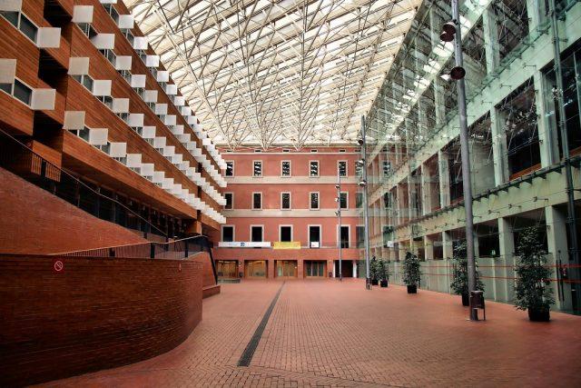 O edifício de Pompeu Fabra em Sant Martí: um dos melhores bairros para viver em Barcelona sendo estudante