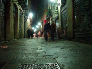 Calle oscura en Barcelona.