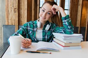 Imagen de una adolescente estudiando