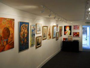 Cuadros en la pared en una galería de arte.