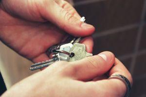 Persona con llaves en la mano