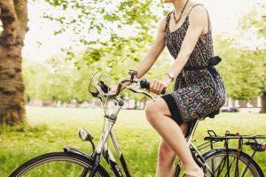 Una chica en una bicicleta usada.