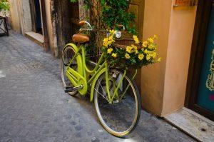 Bicicleta verda limon en la calle.