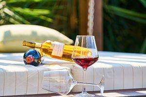 Imagen de un par de copas de vino y una botella