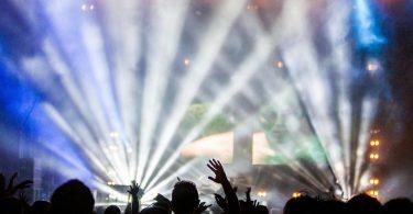 luces de fiesta en el escenario