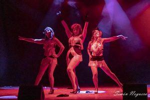 Actuación de burlesque de tres mujeres