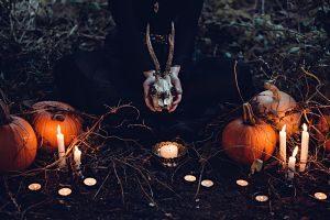 Imagen de unas calabazas y velas encendidas