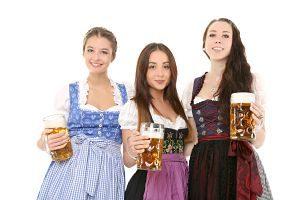 Imagen de unas mujeres alemanas vestidas con la ropa típica de su país