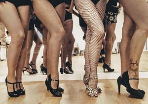 Piernas de las chicas que hacen burlesque