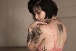 Imagen de una chica tatuada