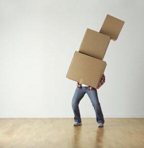 Imagen de una persona cargando con cajas