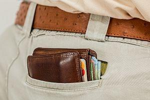 imagen de una cartera en el bolsillo trasero del pantalón
