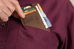 Imagen de una cartera en el bolsillo delantero de una camisa