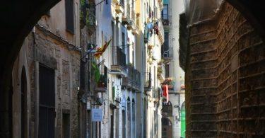 Imagen de un porticón de las calles de Ciutat Vella