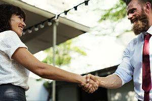 Imagen de dos personas dándose la mano