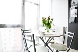 Imagen de una mesa redonda con sillas