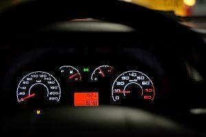Imagen de un cuenta kilómetros de un coche