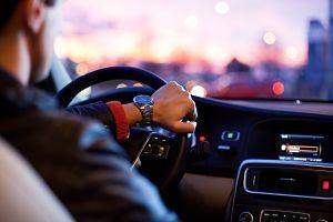 Imagen de un hombre conduciendo un coche