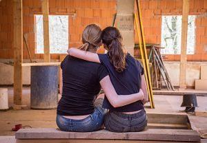 Imagen de los jóvenes en una casa en construcción