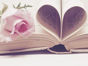 Imagen de un libro y una rosa