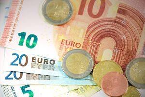 Imagen de unos billetes y monedas de euro