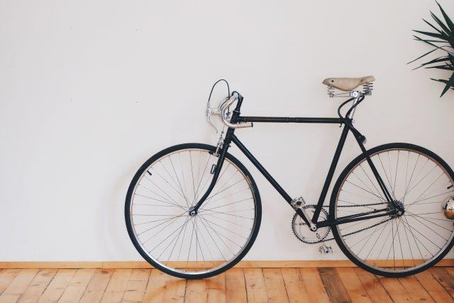 bicicleta sobre fondo blanco