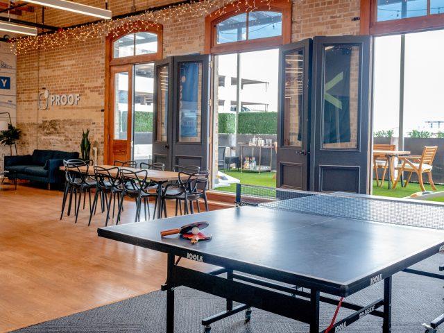 comedor con mesa de ping pong y terraza