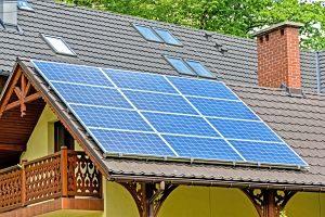 Imagen de una casa con placa solar en el techo