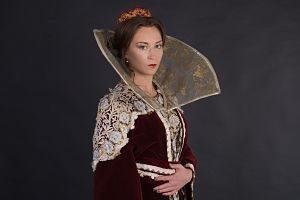 Imagen de una mujer disfrazada de reina medieval