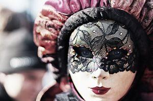 Imagen de una mujer disfrazada con una máscara