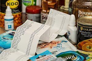 Imagen de una lista de la compra con productos de alimentación