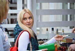 Imagen de una mujer comprando