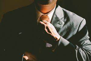 Imagen de un hombre que se pone bien el nudo de la corbata