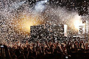 Imagen de una fiesta con confeti